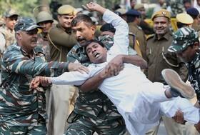 (تصاویر) دستگیری یکی از تظاهرکنندگان عضو حزب کنگره مخالف دولت در هند