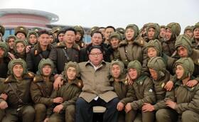 (تصاویر) عکس یادگاری کیم جونگ اون رهبر کره شمالی با نظامیان کادر دفاع هوایی و ضد هوایی این کشور