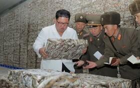 (تصاویر) کیم جونگ اون رهبر کره شمالی در حال دیدار از یک مرکز ماهیگیری در این کشور