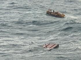 (تصاویر) گشت نجات در منطقه جیجو در کره جنوبی در نزدیکی محلی که یک قایق ماهیگیری در آتش سوخت و حد اقل یک شته و یازده مفقود برجای گذاشته است