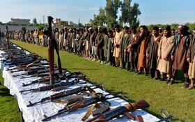 (تصاویر) دویست و بیست و پنج عضو داعش در افغانستان تسلیم دولت این کشور شدند این افراد به همراه یکصدو نود زن و 208 کودک در جلال آباد سلاح های خودرا تسلیم دولت کردند