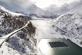 (تصاویر) شناور های مجهز به پنل های خورشیدی در منطقه ای در سوئیس که هشتصد هزار کیلووات ساعت برق تولید می کند ونیاز سالانه 220 خانه را تامین می کنند