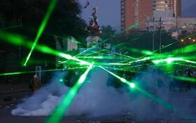 (تصاویر) چراغ قوه های لیزری تظاهرکنندگان در سانتیاگو در شیلی
