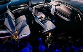 (تصاویر) مدیرعامل کارخانه فورد آمریکا جمز هاکت در مراسم معرفی نخستین محصول تمام برقی تولید انبوه این کارخانه در کالیفرنیا