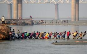 (تصاویر) ساخت شناوری روی رودخانه گنگ برای مراسم مذهبی در الله آباد