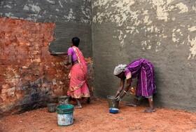 (تصاویر) رنان کارگر هندی در بنگال غربی در حال کار ساختمانی