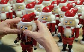 (تصاویر) ساخت عروسک های بابانوئل در آلمان همزمان با فرارسیدن سال نو میلادی