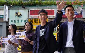 (تصاویر) یکی از نامزد های مخالفان در هنگ کنگ که در انتخابات اخیر پیروز شده در میان هواداران دمکراسی که مدت هاست در این کشور