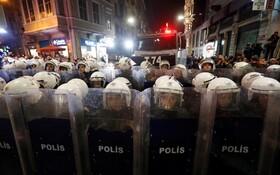 (تصاویر) نیروهای ضد شورش ترکیه در مقابل تظاهرکنندگان برضد خشونت علیه زنان
