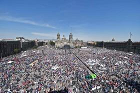 (تصاویر) تظاهرات حامیان رئیس جمهوری مکزیک در نخستین سال انتخابش در میدان اصلی مکزیکوسیتی