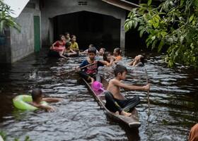 (تصاویر) بازی کودکان در سیلاب های تایلند