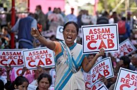 (تصاویر) تظاهرات در آسام هند درمخالفت با قانون اعطای شهروندی به مسلمانان مهاجر کشورهای همسایه