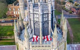 (تصاویر) تمرین گروه کر یک کلیسا روی بام آن برای آمادگی در روزهای پیش روی سال نو میلادی
