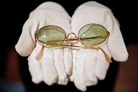 (تصاویر) حراج عینک خواننده انگلیسی جان لنون در حراجی سوتبی با قیمت پایه هشت هزارپوند