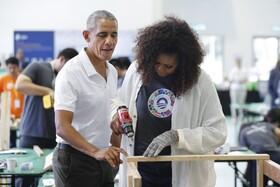 (تصاویر) باراک اوباما و همسرش در کارگاه آموزشی که سازمان خیریه اوباما در اندونزی برپاکرده است کار می کنند