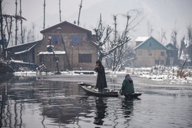 (تصاویر) برف در دریاچه دال در کشمیر