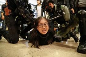 (تصاویر) پلیس هنگ کنگ تظاهرکننده ای را که در یک مرکز خرید تظاهرات می کردند بازداشت می کند