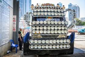 (تصاویر) تزئینات عجیب یک خودرو در بانکوک تایلند