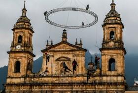 (تصاویر) تمرین یک نمایش توسط هنرمندانی در بوگوتای کلمبیا به مناسبت سال نو میلادی