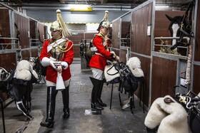 (تصاویر) اعضای گارد تشریفات نظامی در حال آماده شدن برای تمرین  در انگلیس