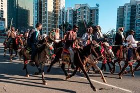 (تصاویر) حرکت گروهی از مردم در آدیس آبابا در اتیوپی در خیابان بسوی فرودگاه با اسب برای استقبال از آبی احمد نخست وزیر این کشور که پس از دریافت جایزه صلح نوبل باز می گردد