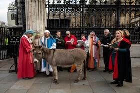 (تصاویر)دین باوران مسیحی در مقابل مجلس انگلیس در لندن مراسم مذهبی بر