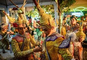 (تصاویر) شرکت کنندگان در جشنواره ای در تایلند در حال آماده شدن برای شرکت در این جشن