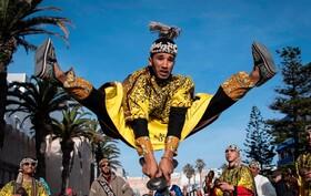 (تصاویر) گروه سنتی گناوا برای جشن گرفتن تصمیم یونسکو به اضافه کردن فرهنگ گناوا به فهرست میراث فرهنگی نامشهود بشریت جشن گرفته اند. فرهنگ گناوا  در مراکش قرنها است که ریشه در موسیقی ، آیین های آفریقایی و سنت های صوفیانه دارد