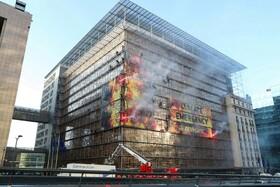 (تصاویر) گروه صلح سبز در بلژیک حرکت اعتراضی را در مرکز اتحادیه اروپا در بروکسل به نمایش گذاشته اند