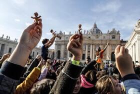 (تصاویر) مراسم هفتگی دعای پاپ در میدان سنت پیتر در واتیکان و دین باورانی که مجسمه های نوزادی حضرت مسیح را در دست دارند