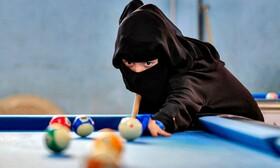 (تصاویر) مسابقه بیلیارد در صنعا یمن و زن شرکت کننده ای در این مسابقات در حال بازی