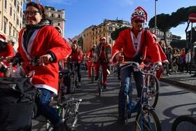 (تصاویر) مسابقه دوچرخه سواری با لباس بابا نوئل در رم ایتالیا