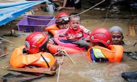 (تصاویر) تلاش برای نجات سیل زدگان در جاکارتای اندونزی