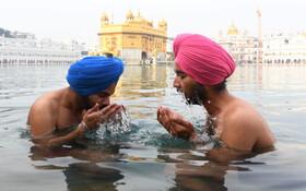 (تصاویر) مراسم مذهبی سیک ها در کنار معبد طلایی مقدس ترین محل مذهبی این گروه در امریتسر