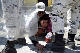 (تصاویر) بازداشت مهاجر غیرقانونی در مکزیک توسط پلیس این کشور