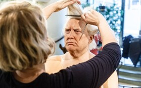 (تصاویر) آرایشگری در حال آرایش موی مجسمه مومی دونالد ترامپ در موزه مجسمه های مومی در هامبورگ
