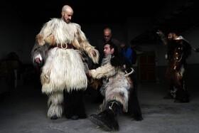 (تصاویر) تمرین شرکت کنندگان در جشنواره سنتی در اسپانیا در حال تمرین