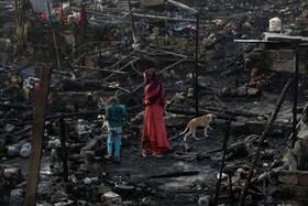(تصاویر) کودکان در کراچی پاکستان در جستوی باقیمانده ها دارایی های ساکنان یک زاغه نشین پس از آتش سوزی