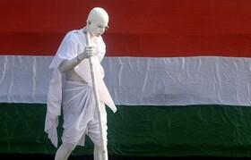 (تصاویر) مردی که با شبیه سازی خود به مهاتماگاندی رهبر جنش ضد خشونت هند و استقلال این کشور در مراسم روز جمهوری هند