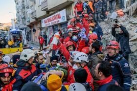 (تصاویر) نجات یک زن از زیرآوار در زلزله ترکیه