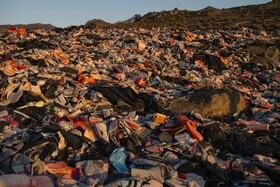 (تصاویر) باقیمانده لباس های نجات پناهندگان در جزیره لسبوس در یونان