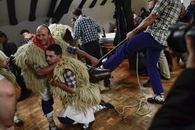 (تصاویر) آماده شدن شرکت کنندگان در جشن فرارسیدن بهار در اسپانیا