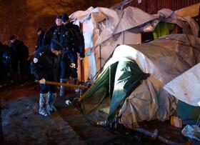 (تصاویر) پلیس فرانسه اردوگاه های پناهندگان در حومه پاریس را جستجو می کنند