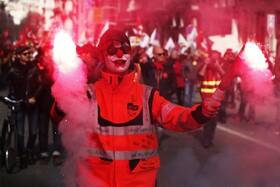 (تصاویر) تظاهرات اعتراضی به تغییرات قوانین کار و بازنشستگی در فرانسه علیه دولت این کشور