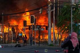 (تصاویر) تظاهرکنندگان در شیلی یک تاسیسات دولتی را به آتش کشیده اند