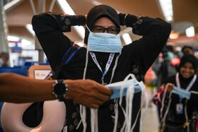 (تصاویر) توزیع ماسک و تدابیر بهداشتی شدید در مالزی پس از اعلام یافتن یک بیمار آلوده به کرونا در این کشور