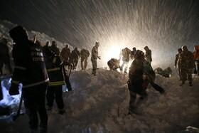 (تصاویر) جستجوی امداد گران برای یافتن افرادی که زیر بهمن در وان ترکیه در جاده مدفون شده اند