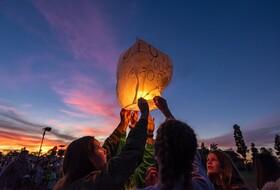 (تصاویر) دانش آموزان همکلاسی یکی از کشته شدگان همراه کوبی برایانت در سقوط هلیکوپتر در کالیفرنیا یاد اورا گرامی می دارند