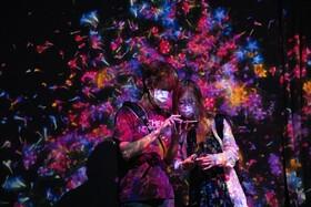 (تصاویر) بازدید کنندگان از یک مرکز هنری در سنگاپور با ماسک برای مقابله با ویروس کرونا