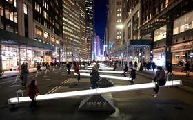 (تصاویر) اثری هنری در خیابان برادوی نیویورک آمریکا که از دوازده وسیله بازی کودکان شکل گرفته است